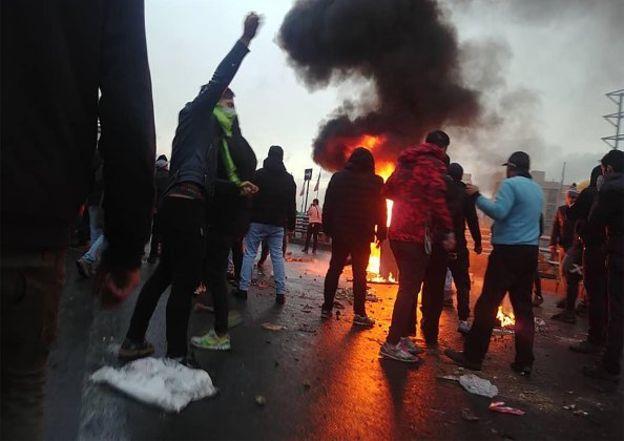 کشته شدن تعدادی از مردم در پی اعتراض به افزایش قیمت بنزین