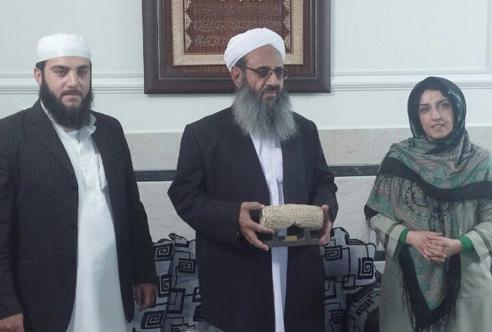 اهدای جایزه تلاشگر حقوق بشر در سال ۱۳۹۳ به مولوی عبدالحمید، روحانی برجسته اهل سنت